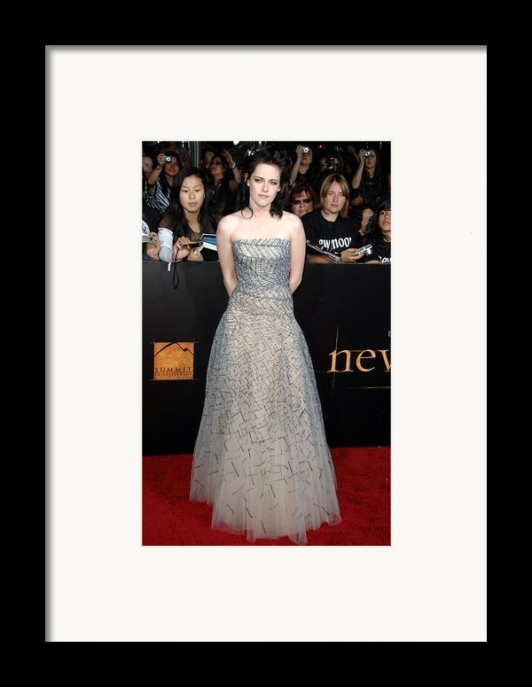 Kristen Stewart Wearing An Oscar De La Framed Print By Everett