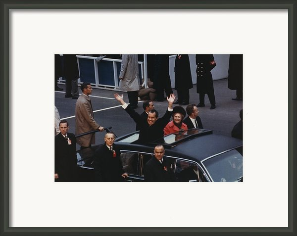 President And Pat Nixon Waving Framed Print By Everett