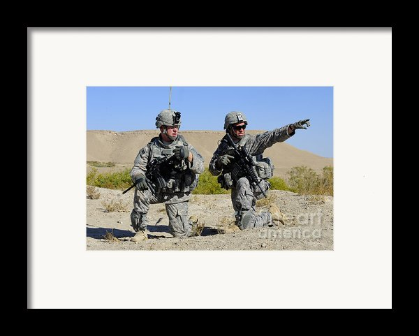 U.s. Army Soldiers Familiarize Framed Print By Stocktrek Images